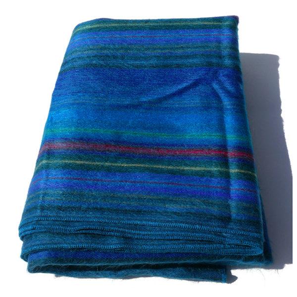 Op FairFrog: De fijne handgeweven dekens uit Peguche in prachtige kleurencombinaties zijn luxueus zacht en licht. Perfect voor de sofa, op het bed of de favoriete stoel nodigen ze uit om er gezellig onder te kruipen.      Ze zijn licht maar warm in het tussenseizoen en de winter. Allemaal unieke stukken geweven door Ecuadoriaanse weverfamilies.      Je zal er nog jaren kunnen van genieten.   Samenstelling: 70% alpaca/30% synthetisch   Afmetingen : ongeveer 240cm x 175 cm   Gewicht : 150 gr   Gewicht: 10 kg   Kleur: Beige/green, Beige/orange, Dark blue, Green/blue, Orange
